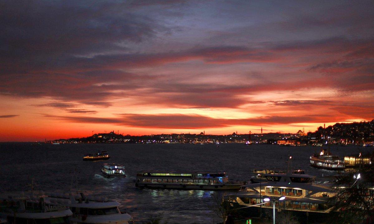 """""""Bu bir lisan-ı hafidir ki ruha dolmakta,  Kızıl havaları seyret ki akşam olmakta...""""  Ahmet Haşim https://t.co/2258ruzizM"""