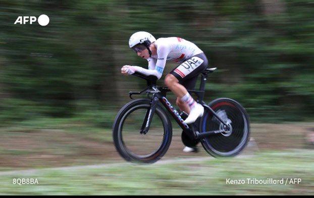 🚲 🇸🇮 Incroyable Tadej Pogacar ! La veille de l'arrivée du tour de France il renverse le classement et gagne l'étape.  Pogacar: 1er tour de France 21 ans 2e plus jeune vainqueur de l'histoire du tour de France 3 maillots: jaune, blanc et pois 3 victoires d'étapes 💪💪💪 #TDF2020 https://t.co/O4cw9Txd5s