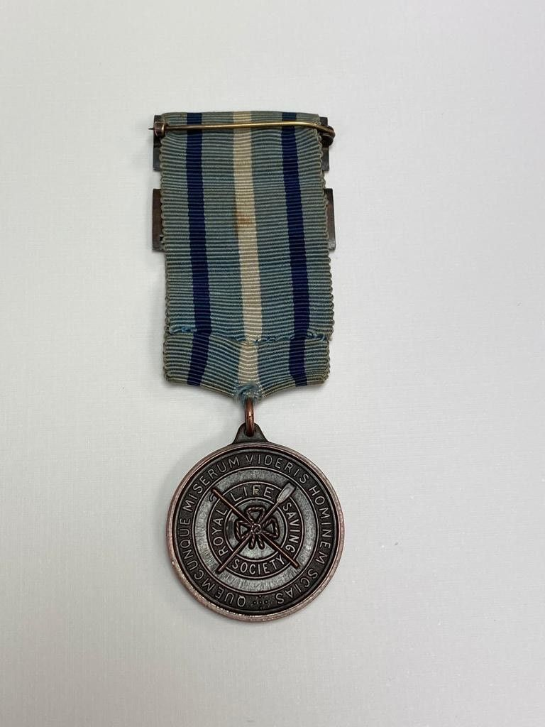 Can you help our Scope charity shop in Lincoln find the rightful home for this @RLSSUK 1954 medal awarded for outstanding contribution to life saving? 🎖️  Returned to the Lincoln shop by @LincsPolice following a break-in. https://t.co/wQXXFrt04A