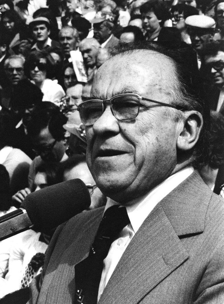 Ayer fue el 8 Aniversario de la muerte de #SantiagoCarrillo. Promovió desde el exilio la reconciliación nacional. El PCE que él lideraba fue decisivo para el éxito de la Transición a la democracia y la aprobación de la Constitución. #España le deberá siempre respeto y gratitud https://t.co/2t9z32BwYY