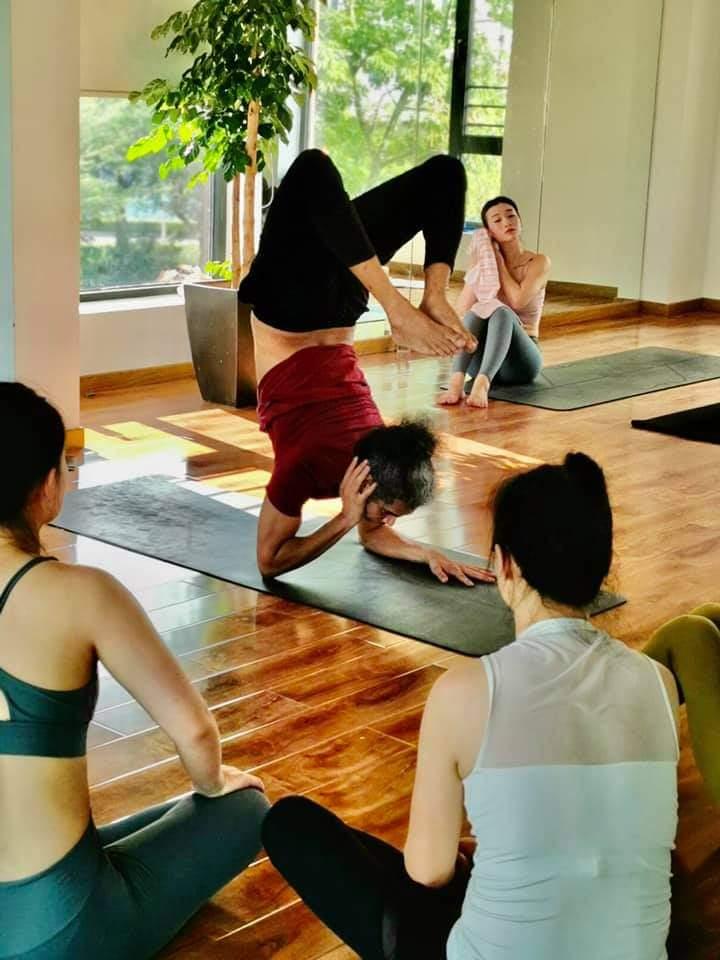 योग कीजिये स्वस्थ रहिए। #योग न सिर्फ हमें स्वस्थ रखेगा बल्कि #कोरोनासंक्रमण से लड़ने का हौसला देगा और भीतर से मन को शांत और खुश भी रखेगा। आप सभी #योगाभ्यास से इसको महसूस कर ही रहे होंगे। क्यों है न?  #YogaTheNewNormal #yoga https://t.co/he91yoobIn