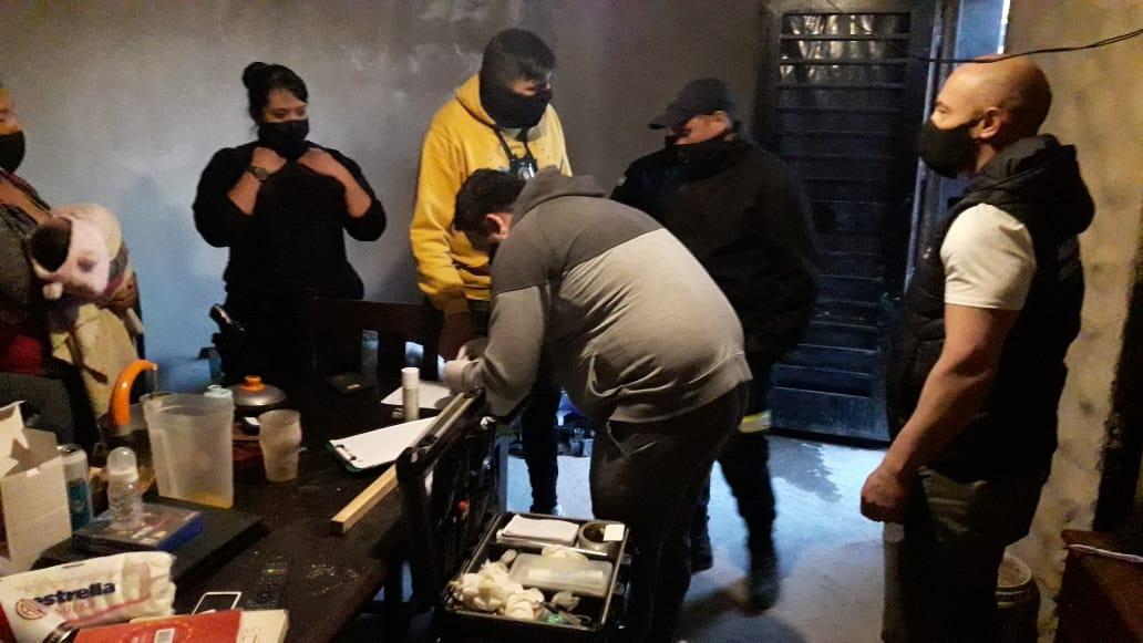 🔔#Trelew #Ahora Balacera entre dos grupos antagónicos en B Planta de Gas. Hay 5 detenidos y un herido de bala. En el lugar donde se resguardaban los detenidos funciona un merendero/copa de leche. Se encontró marihuana. https://t.co/yit5V0Z72o