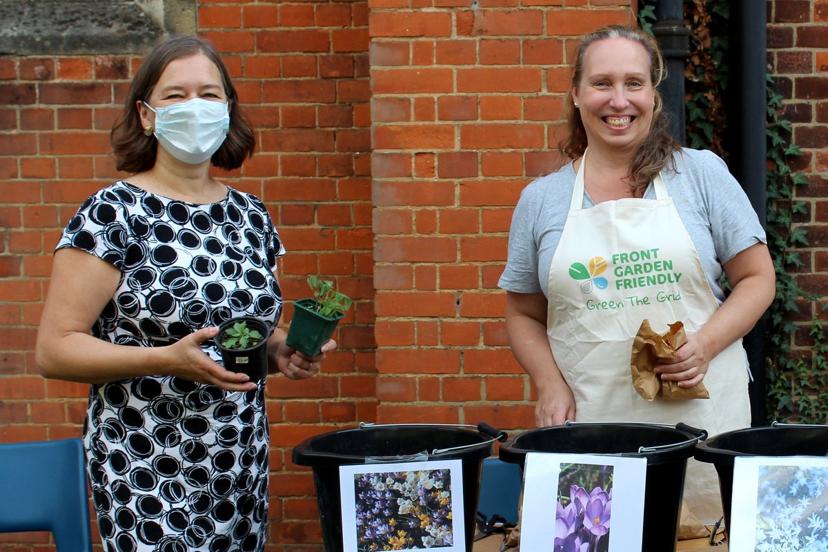 We were delighted to welcome @PutneyFleur to our bulb giveaway and plant swap at the @stbarnabasUK Autumn Fair today. 🍁🌻🍂 #southfieldsgrid #SW18 #timefornature https://t.co/gnNlHuk6mO