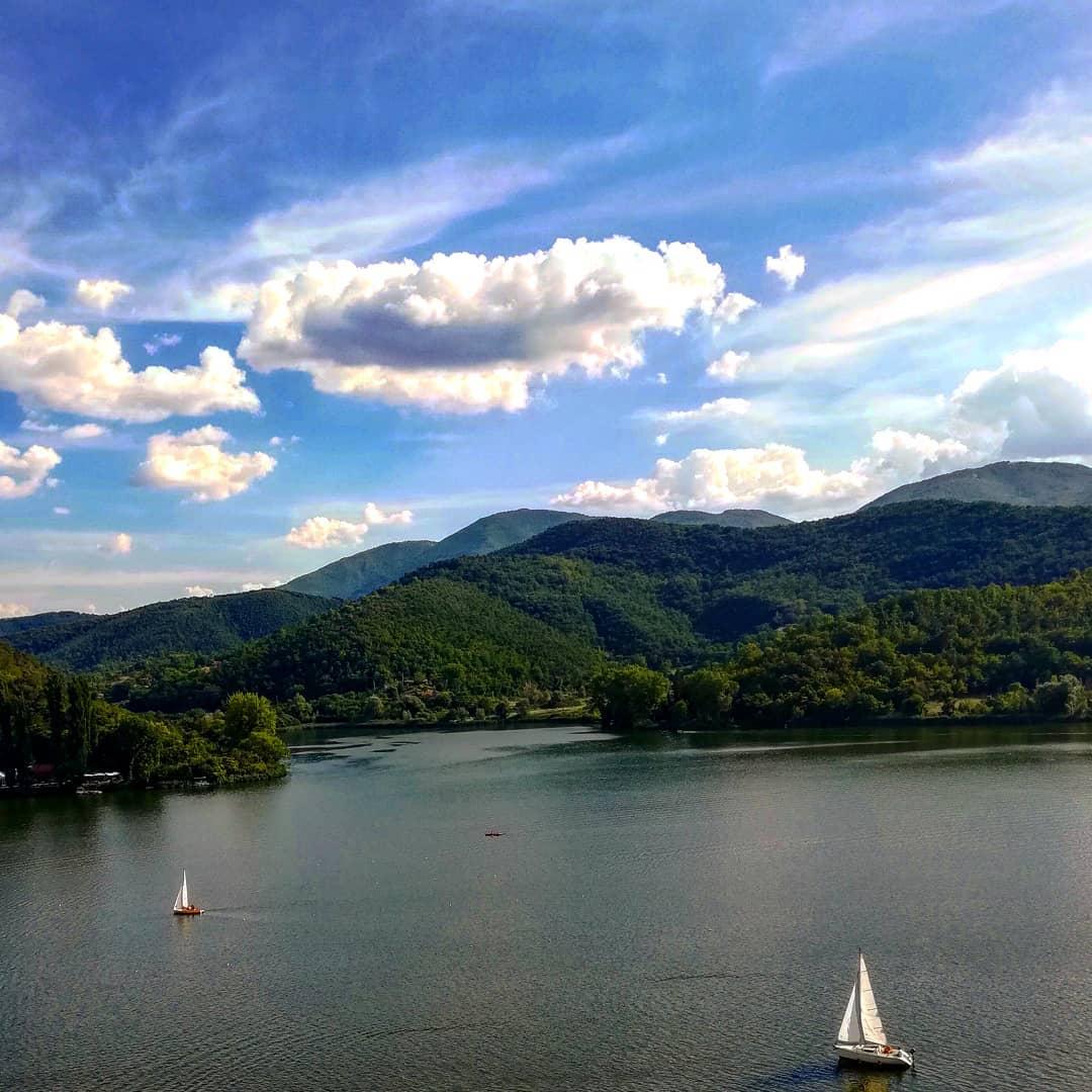 Il Terminillo si specchia nel lago di #Piediluco, il più grande bacino lacustre naturale d'Umbria dopo il Trasimeno. Qui avrebbe navigato nel 1624 Galileo Galilei per eseguire esperimenti di fisica. Scoprite di più https://t.co/oAfpV4N0Yv Ph simone roccheggiani #umbriacuoreverde https://t.co/t6RNiA9ugk