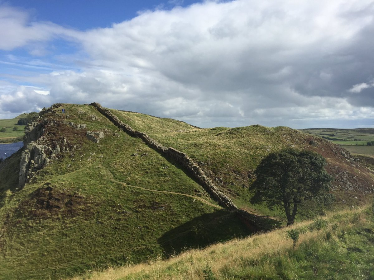 For #globaltrailrunningday, a throwback to a rave run... approaching Sycamore Gap along Hadrian's Wall, a trail dating back to the Romans #ultrarunning #ultratraining #trailrunning #princeofthieves https://t.co/dOTFBvmfSg
