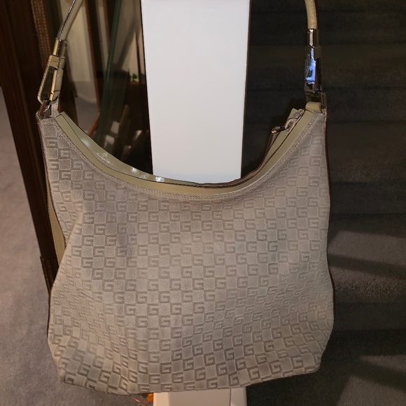 So good I had to share! Check out all the items I'm loving on @Poshmarkapp from @FridaKlo2 #poshmark #fashion #style #shopmycloset #gucci #johnashford #nike: https://t.co/52AA0kgE8R https://t.co/cIm3NdSbdt