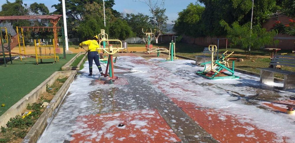 #InteriorBGA | Tras la captura de 'Los Fabulosos', transformamos el entorno social en el barrio Estoraques. #AEstaHora Realizamos desinfección en el parque y la cancha de fútbol con el apoyo de nuestra Empresa de Aseo de #Bucaramanga @EmabEsp #GobernarEsHacer https://t.co/HJAedOQT8m