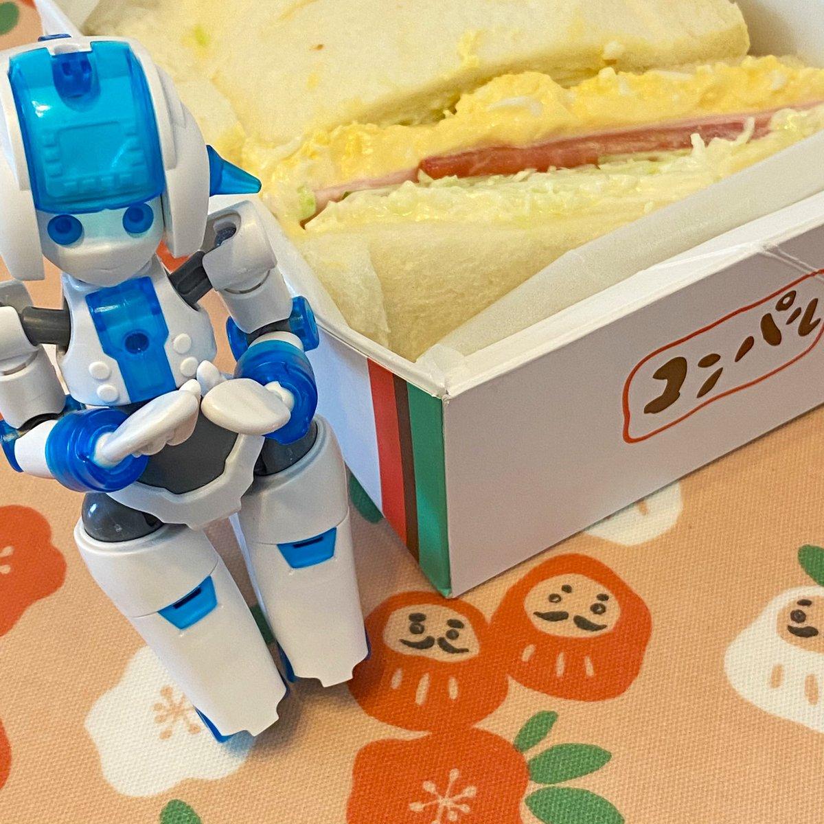 と、言う訳でToGoしてきた コンパルさんのミックスサンド! (・‐・)ノ🥪✨ んまいのだ!  #おうちごはん #delicious #yummy #food #foodie #foodpics #foodgram #instafood #カデンナ #KADENNNA #doll #dollphotography #dollstagram #actionfigure https://t.co/l4h6ZwI2Dq