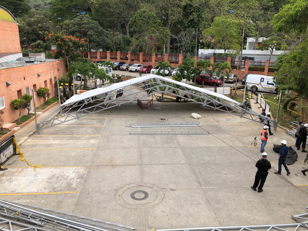 Se inició la instalación del hospital de campaña en el Norte de #Bucaramanga para atender la emergencia por el #COVID19 .En 12 días estará montado. https://t.co/B35v2SrvIk