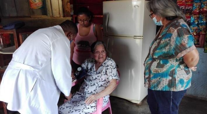#Carazo   Gobierno #Sandinista a través del #MINSA visita a Madres de héroes y mártires del departamento de #Carazo, dándole las debida atención médica integral.   #NicaraguaLinda  #UnidoEnVictorias https://t.co/LdV72UfFbk