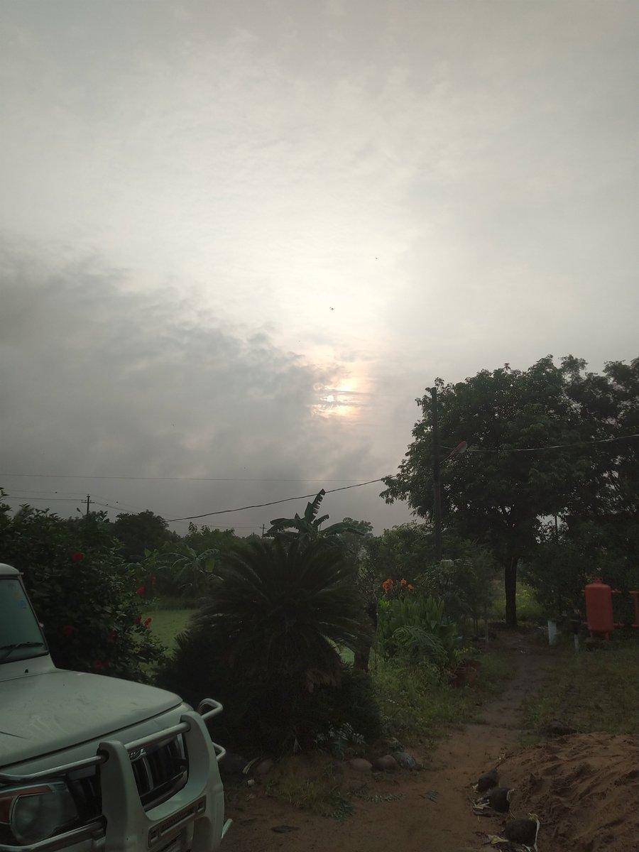 Beautiful sunrise peeking out from the clouds. #SundayMorning #GoodMorning #beautifulday #Weathercloud #monsoon #sunrise #nature #outdoors #weekendvibes #weekend #Weekending #SundayFunday #Telangana #vikharabad #farmhouse #Hyderabad #rains #Assalamualaikum https://t.co/nW5KmHbzme