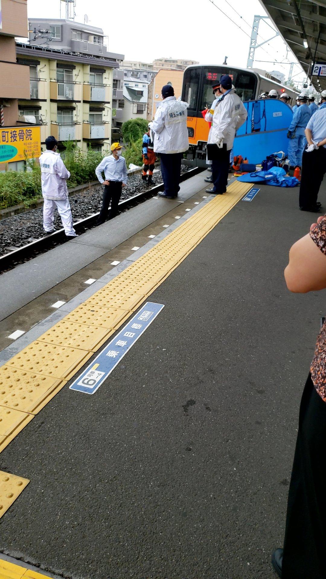 柳瀬川駅の人身事故で救護活動している画像