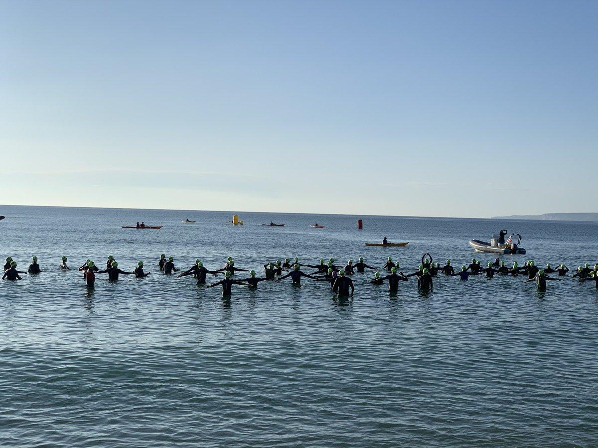 💥 N'hi ha que s'han aixecat ben d'hora ben d'hora i fa estona que ho donen tot nedant, en bicicleta i corrent. Son els participants de la 100% Half, la Triatló d'Empuriabrava. ESPECTACULAR! MOLTS ÀNIMS A TOTS I TOTES! 💪🏻  #empuriabrava #castellodempuries @Diversport #triatlo https://t.co/ncSENeQdcz