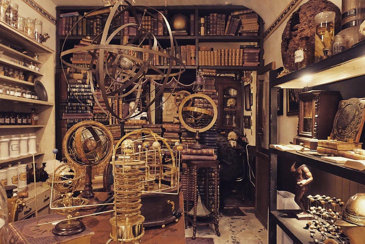 すごいお店を見つけてしまった…「天球儀」の展示をされているとの情報を得て高円寺の「LECURIO」さんへ。既にその道の方々には有名なお店ですが、店内すごいし店主の知識がやばい。紳士的で気さくで話めちゃ面白い!もしかして魔法とか使えたりしますか?と思わず聞きそうになってしまった💦