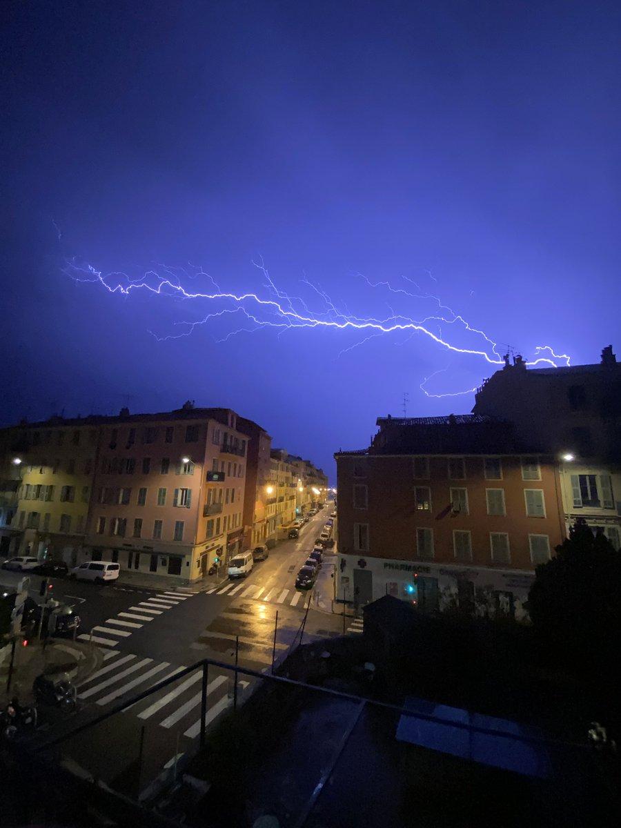 Un bel orage comme on l'aime @Nice_Matin @VilledeNice #Nice #nice06. #orages #orage https://t.co/gBGc1sgII3