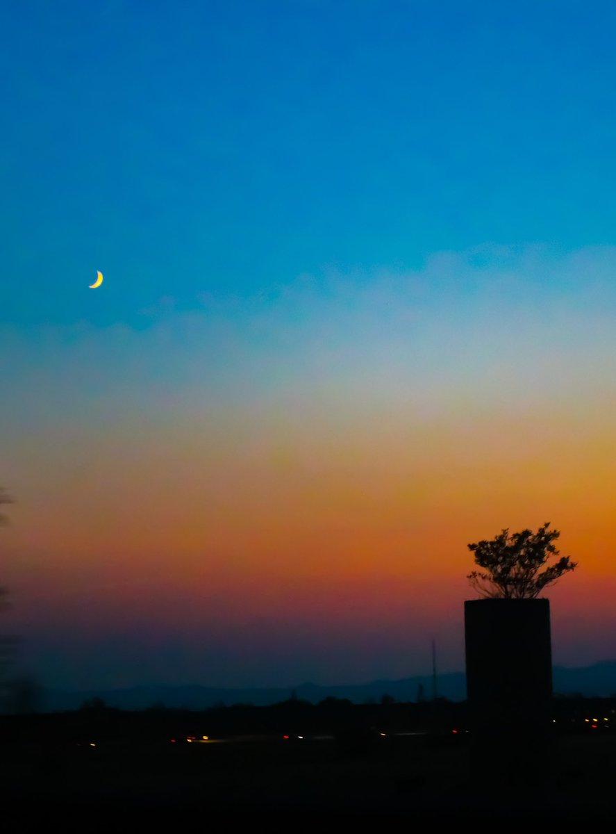 Dream big🌙✨💙  #photography #nature #naturelovers #NaturePhotography #photographer #photographers #photographylovers #naturelover #night #nightsky #sky #skylover #dream #dreams #moon #moonlight #moonphases #crescentmoon https://t.co/nRxklbc6kh