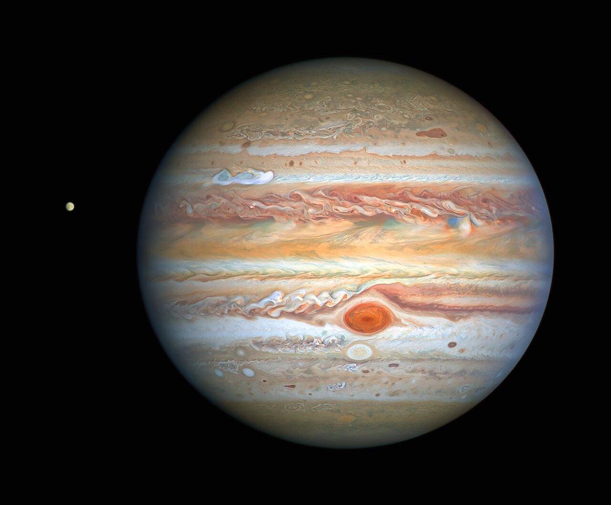 """#Giove ed #Europa ripresi da #Hubble. La grande macchia rossa in questo è periodo di un rosso acceso,ben visibile anche in piccoli telescopi.Continua il suo rimpicciolimento. La """"macchia bianca"""" in alto a sx è una mega tempesta che si muove a 600km/h. #astropillola buona domenica https://t.co/1hfhpZ2laX"""