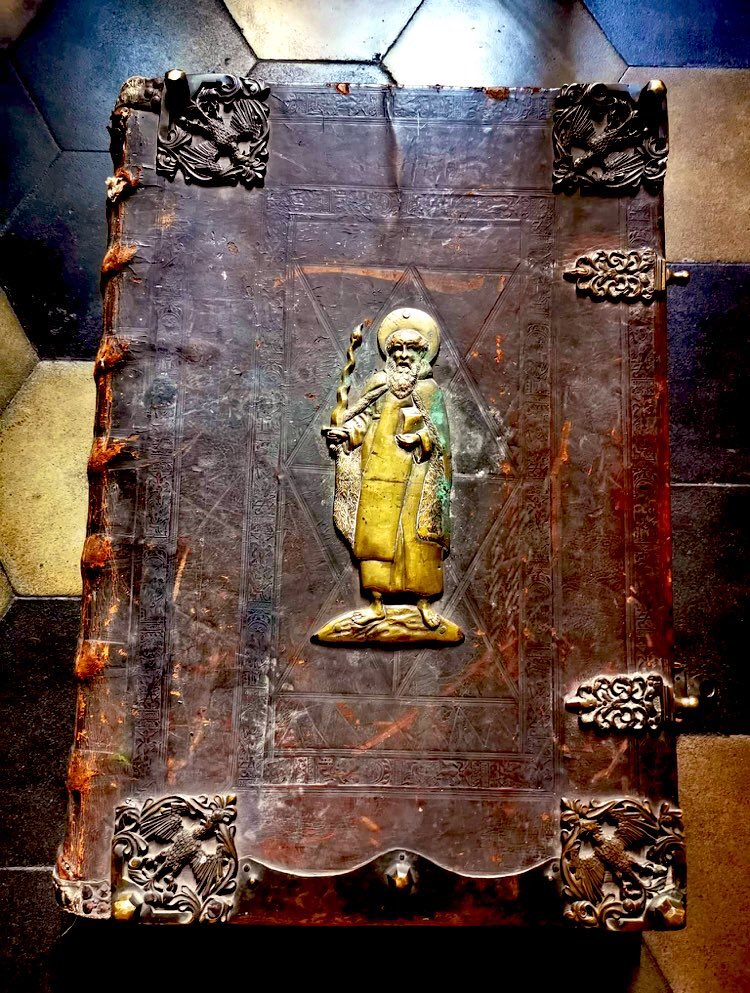It's nice when the thing you work on is additionally really beautiful. Figure of Elijah on the #bookbinding of the seventeenth-century #graduale. #twitterstorians #manuscript https://t.co/IrneBZ9aXq