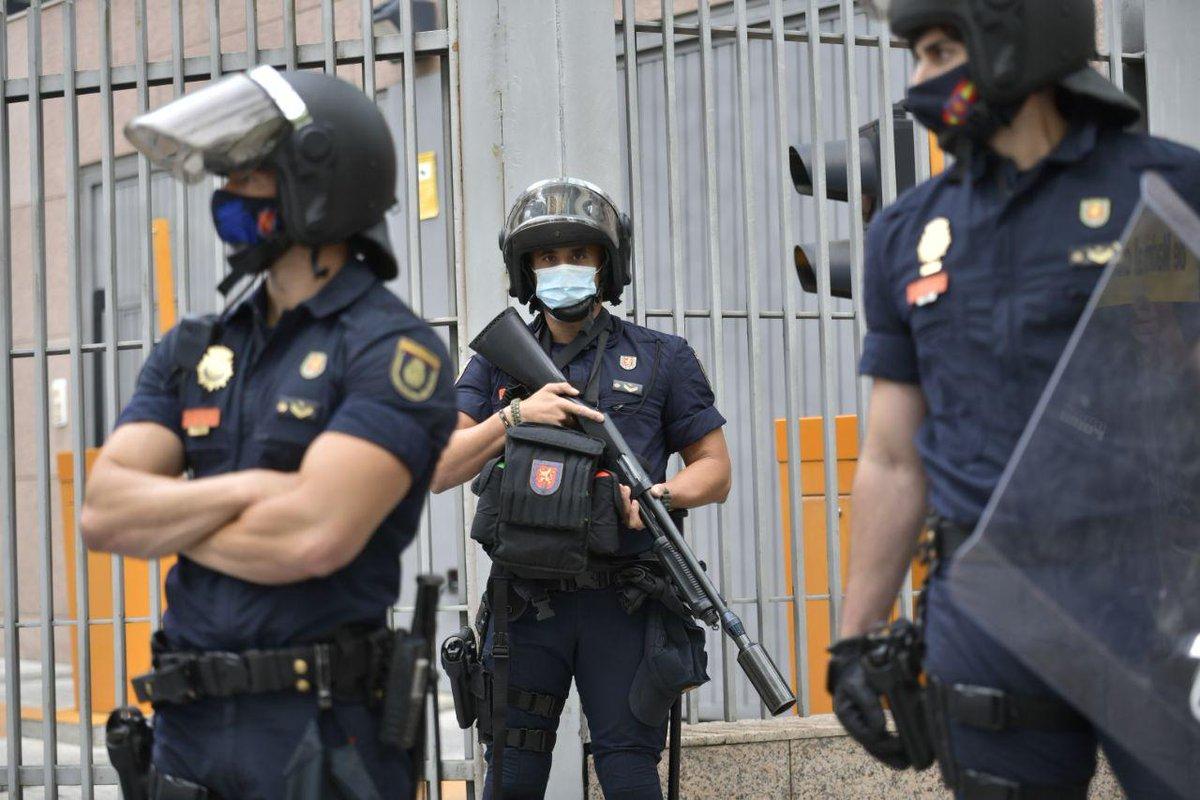 - La Policía hoy en las protestas del barrio obrero de Vallecas contra el confinamiento selectivo.   - La Policía en las protestas del barrio Salamanca en el Estado de Alarma. https://t.co/GGtyNtDMLl