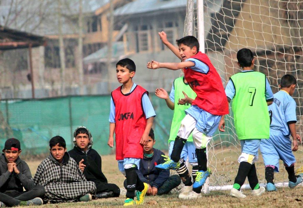 A few glimpses from #GoldenBabyLeagues 💛 in Pulwama, Kashmir  📸 Golden Baby Leagues, Pulwama  #IndianFootball ⚽ https://t.co/y4Sz4XWaZG
