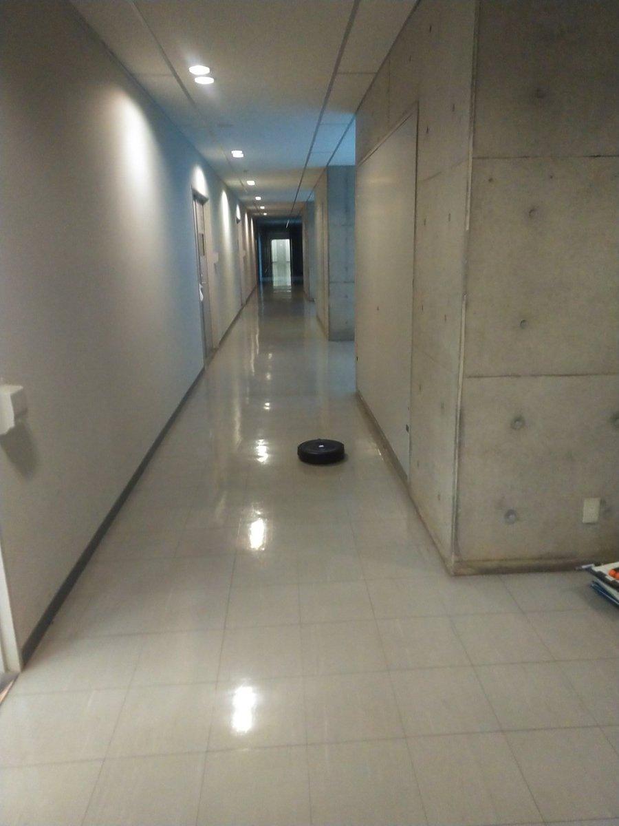 学生実験室のルンバが目を離したすきに部屋から逃げ出す。