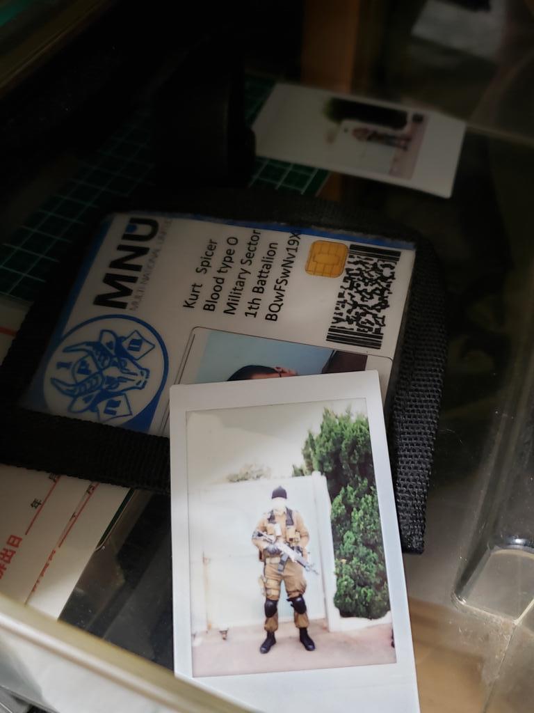 1人の男が地下鉄で死んだ。遺品整理で廃棄の分類に置かれていた棚から写真が見つかるが誰も気に停めなかった.....知人だと言う男が訪ねてきた時にはもう何も残っていなかった。忘れ去られたが、あのとき我々は確かにソコにいたんだ...