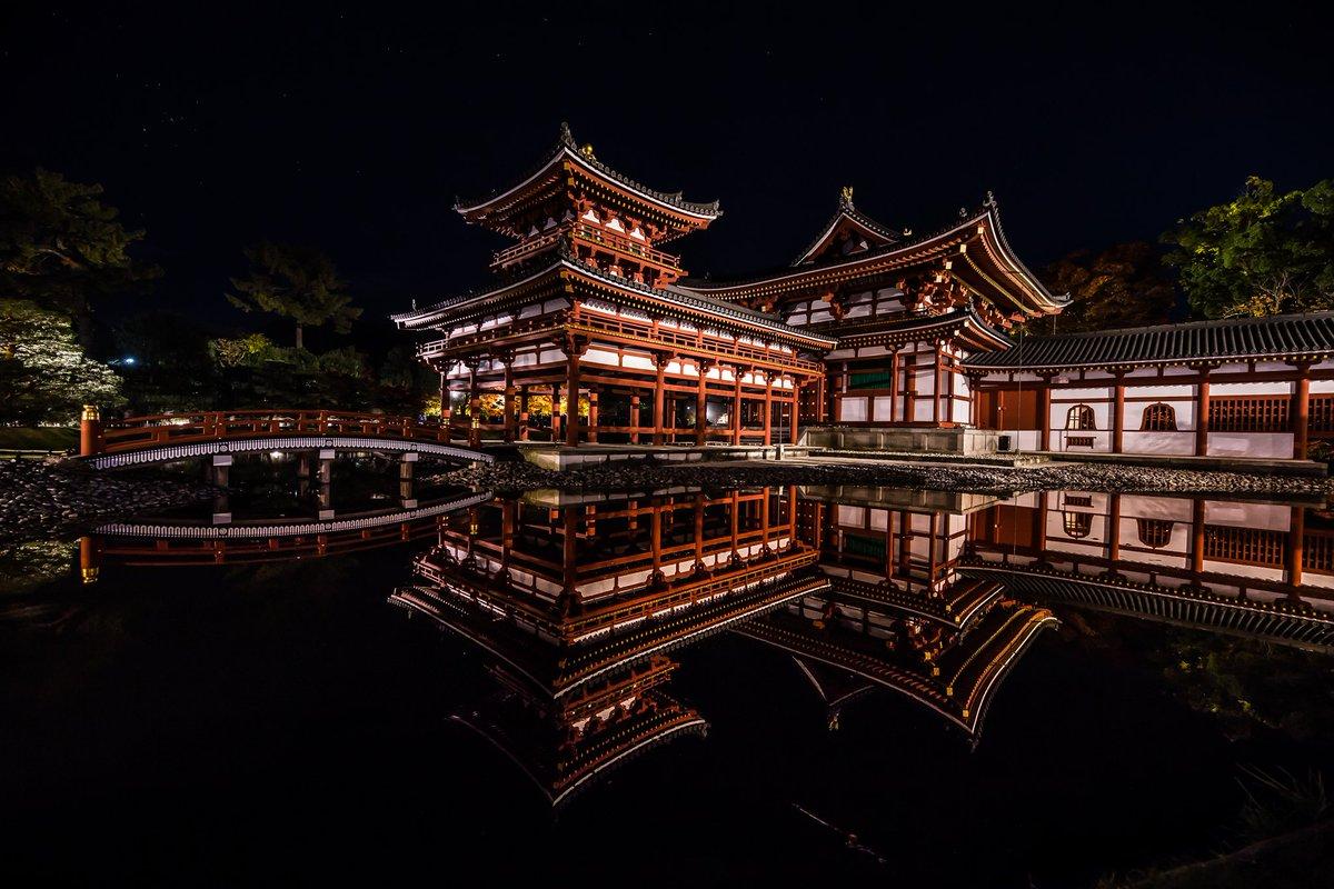 平等院鳳凰堂夜の姿は荘厳で思わず息を飲む美しさです。