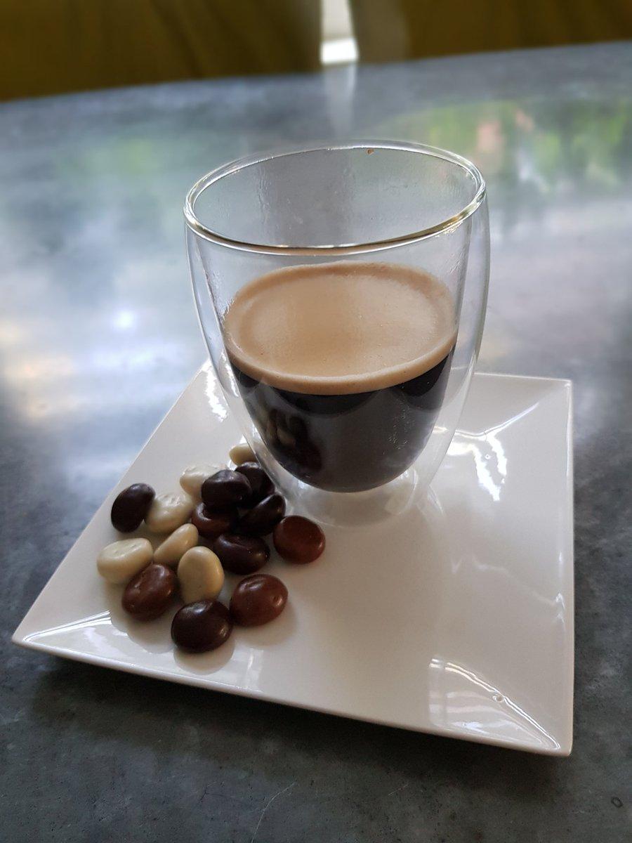 Zo en nu eerst een dubbele espresso.... met kruidnoten omhuld met chocolade...#genieten https://t.co/luuLCXGtmT
