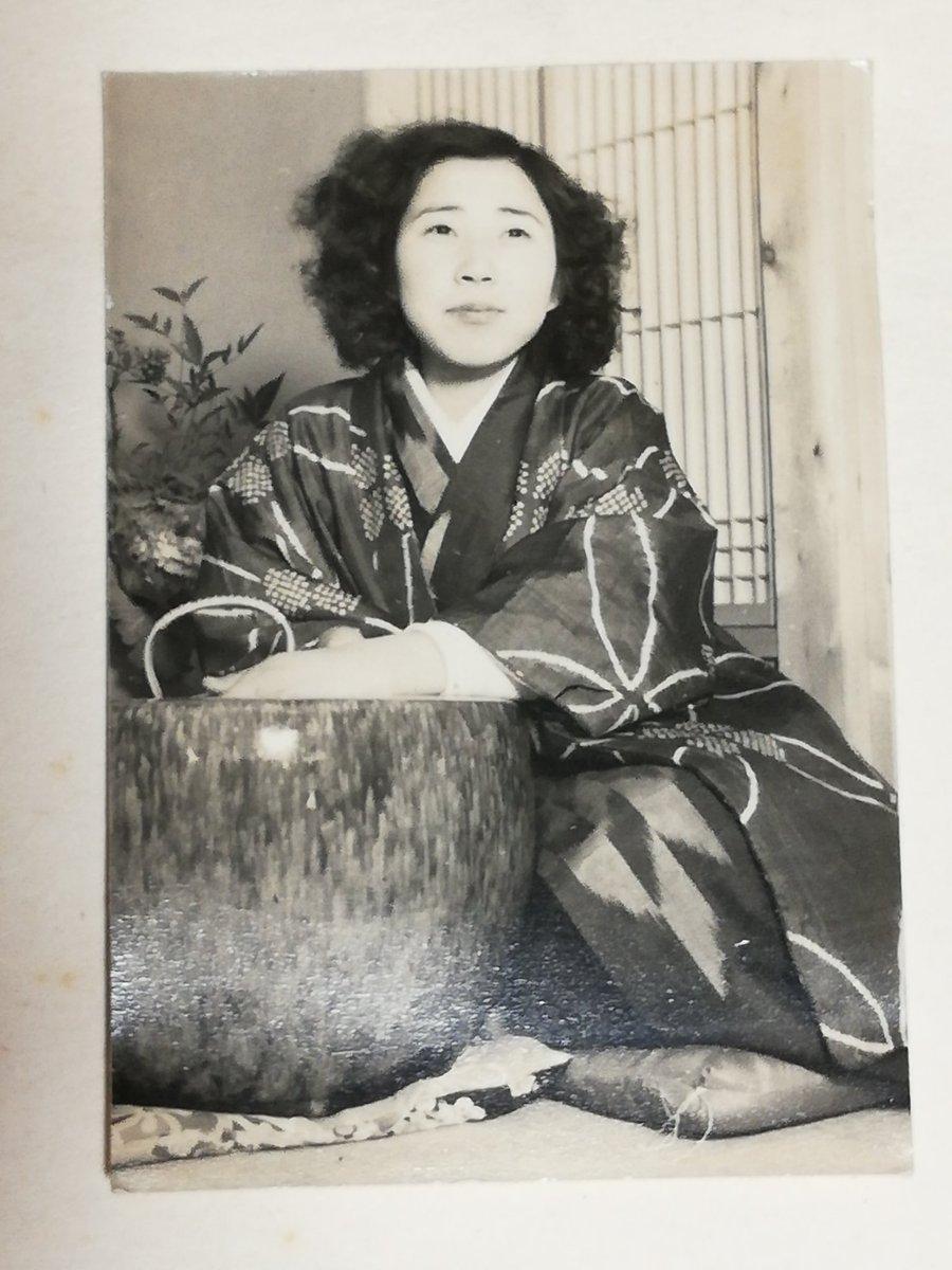 祖父母の遺品整理を始めたのですが、おじいちゃんのスクラップブックにあったおばあちゃんの着物の写真がとても素敵だったので見てほしい。昭和25年との記載有。つまり1950年…