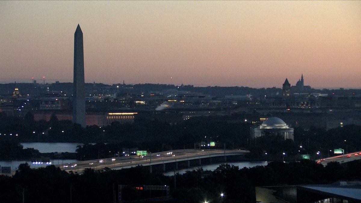 A pleasant sunrise on this brisk Sunday morning! Good morning everyone! @wusa9 #wusa9weather https://t.co/cUhFwxcxNs https://t.co/Eu8X2RaGqi