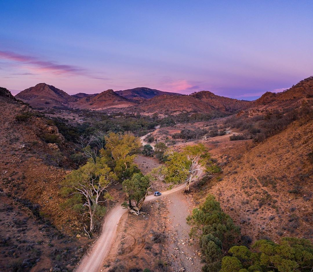 Gee #FlindersRanges, you're looking great for 600 million years old 👌🏼  IG/_serio_ captured the dramatic landscape that makes up the #FlindersRanges which is located about a five-hour #roadtrip from #Adelaide in @southaustralia.  #seeaustralia #seesouthaustralia https://t.co/lJYyLu5wHF