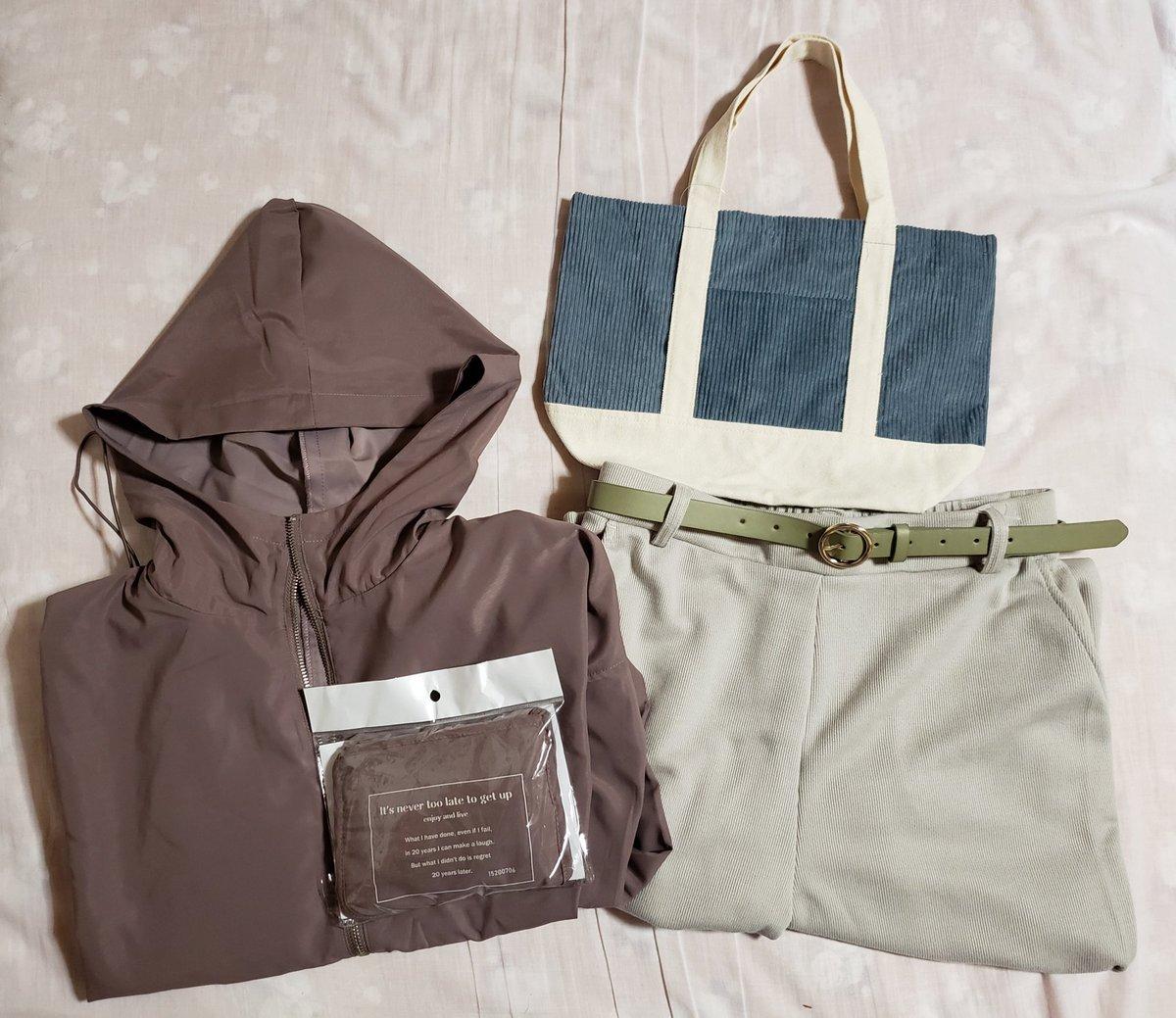 昨日今日買ったもの。モカ色のマンパとリブパンツ@しまむらコーデュロイのトート@ダイソーマンパは大きいお弁当箱も入るエコバッグ付きでした(●´ω`●)リブパンツのベルトは他社さんのものです。#しまパト