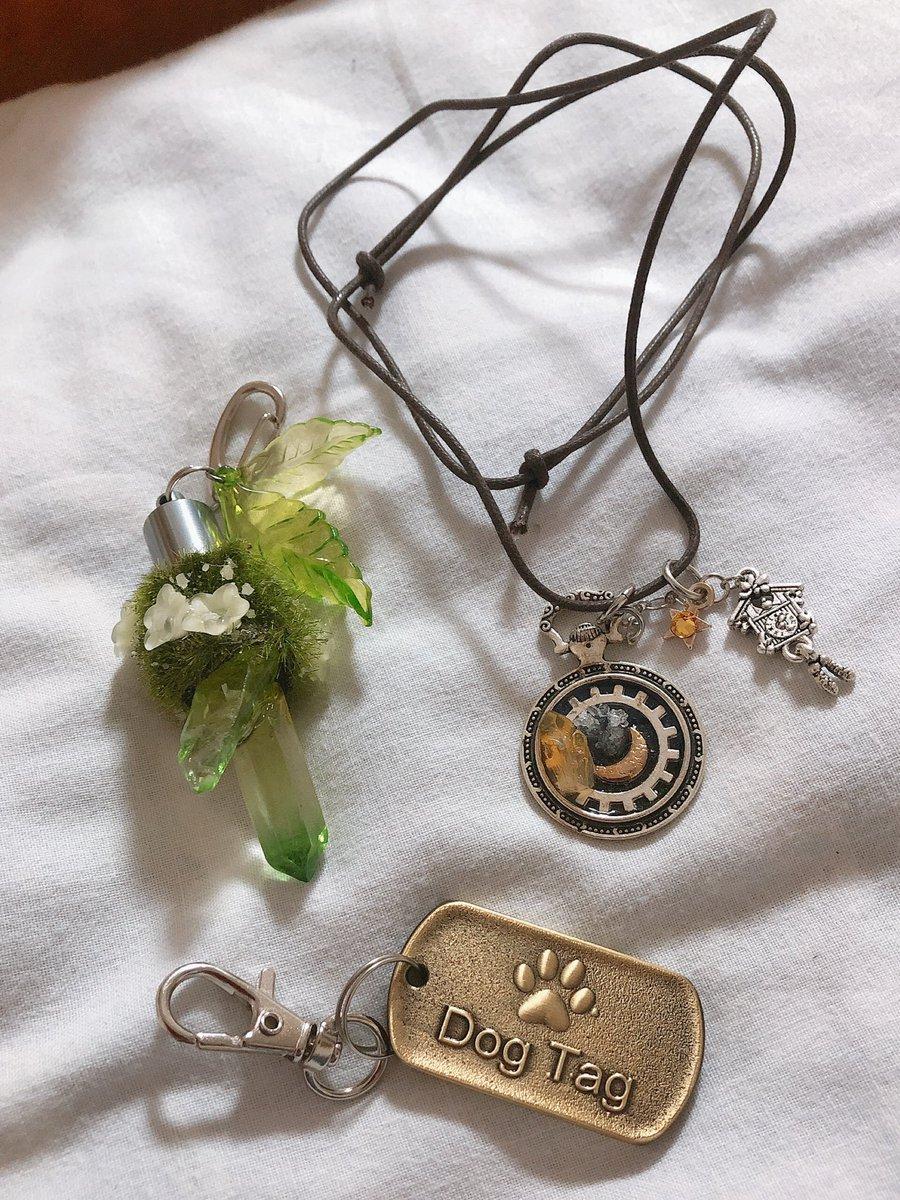 今日はお休みだったので、散歩がてらにシュレ猫さんへ。 光る鉱石キーホルダーと可愛い懐中時計のペンダントを買って、喫茶店の会員にもなった。 ペンダントは革紐の結び方を変えて長さ調節が出来るようにしました✨ https://t.co/rNnDkNCTYL