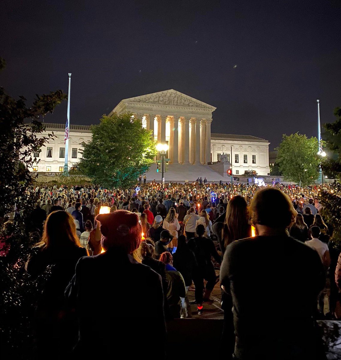 The scene at the U.S. #SupremeCourt at #RBG's vigil. Unprecedented #RuthBaderGinsberg #SundayThoughts #SundayFeels #RBGLegacy https://t.co/aZElCxtXCH