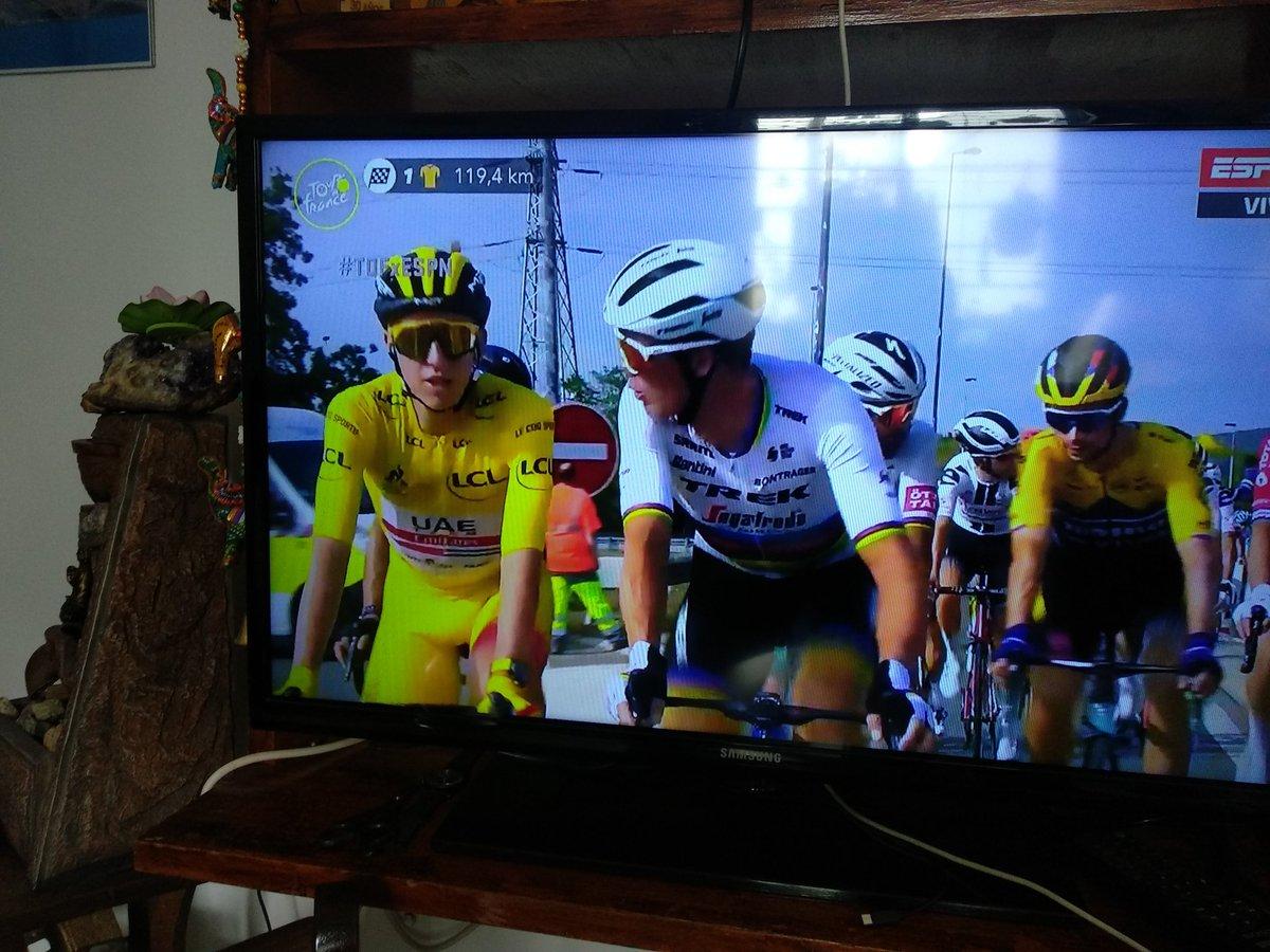 @LeTour Que lindo qué es el ciclismo.El campeón del tour y el campeón del mundo en su paseo triunfal🚴🚴👏👏💪 https://t.co/qcnN1OEJRc