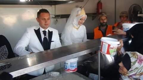 Çok güzel bir haber...    Kilis'te yeni evli bir çift misafirlere vereceği düğün yemeği yerine 4000 Suriyeli sığınmacıya yemek dağıttı.    Gül kalpli bu çiftin örnek davranışı herkese örnek olur inşAllah.   Rabbim hayrını kabul eylesin inşAllah... 📷 #pazar #pazartesi https://t.co/Wtb5RYfgew