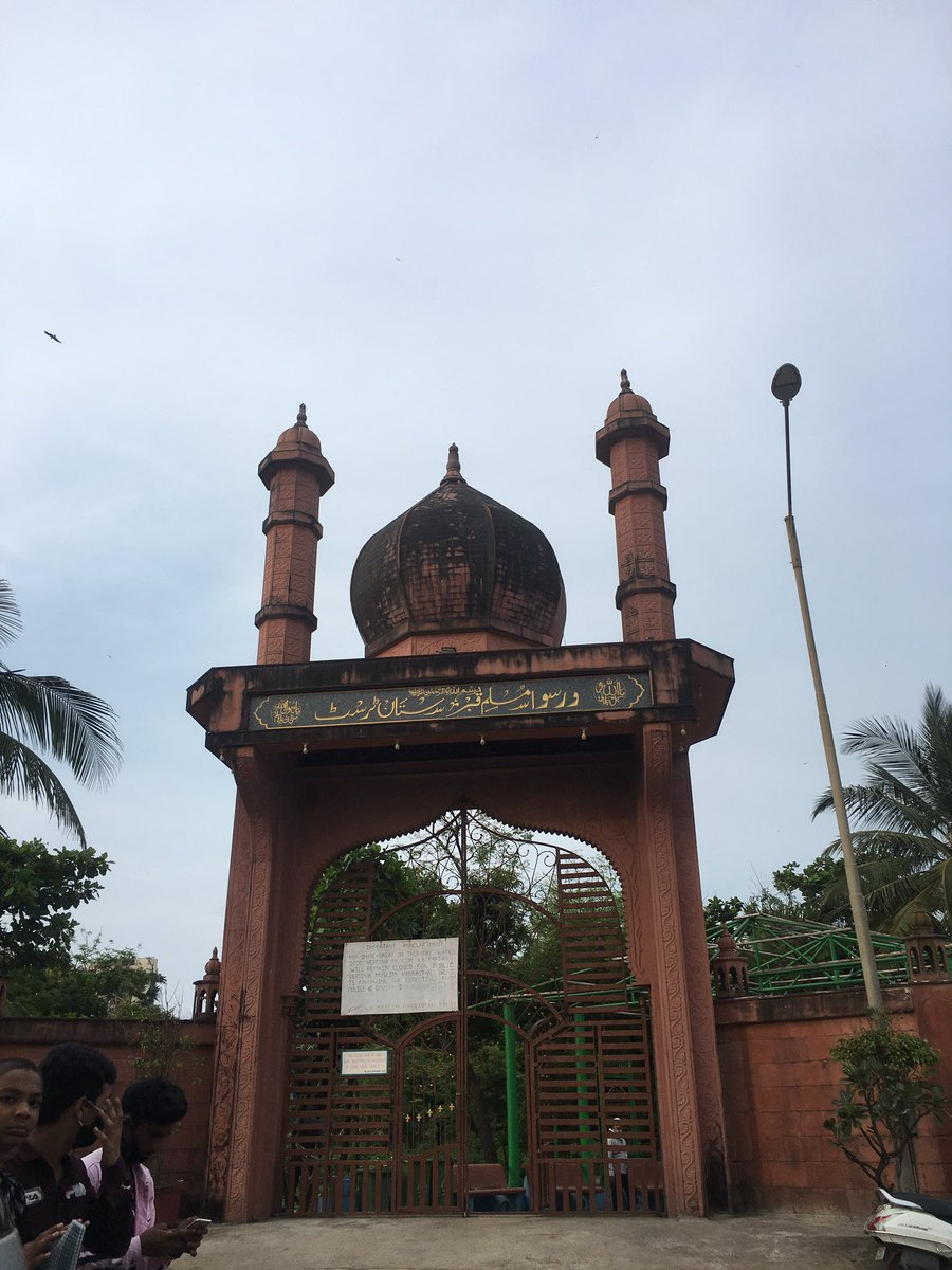 Was missing irrfan since yesterday, beating myself for not having gone to his tomb for 4 months. Today i went ,there he was resting alone with no-one around with plants. In silence. I left him some Rajnigandha and took a piece of him back with his blessings. So long #IrrfanKhan https://t.co/3xzoAS7zzZ