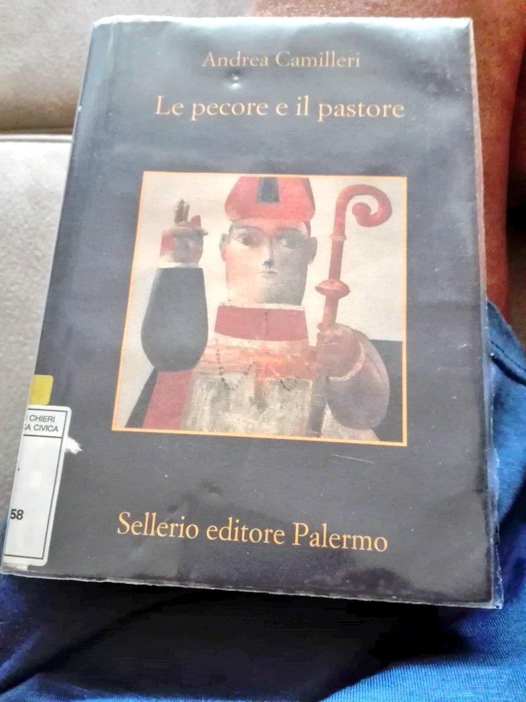 Iniziamo un nuovo libro. Le mie domeniche pre-autunnali 😴 ⚽📚📚🍰🍮🍷 #AndreaCamilleri ❤ @sellerioeditore https://t.co/PoJORGBbCA