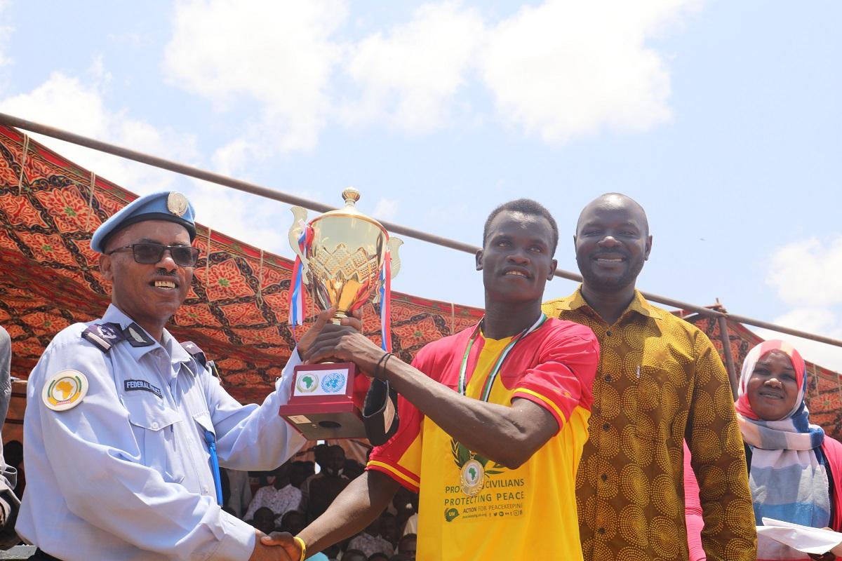 نظم قسم الاتصال والإعلام التابع #لليوناميد مباراة لكرة القدم  بمعسكر الحصاحيصا للنازحين في زالنجي، وسط #دارفور لتعزيز التعايش السلمي . المباراة، هي جزء من الفعاليات التي أقيمت في إطار الاستعداد للاحتفال باليوم الدولي للسلام، والذي يتم الاحتفال به عالمياً في 21 سبتمبر. https://t.co/yvi93Mf29F