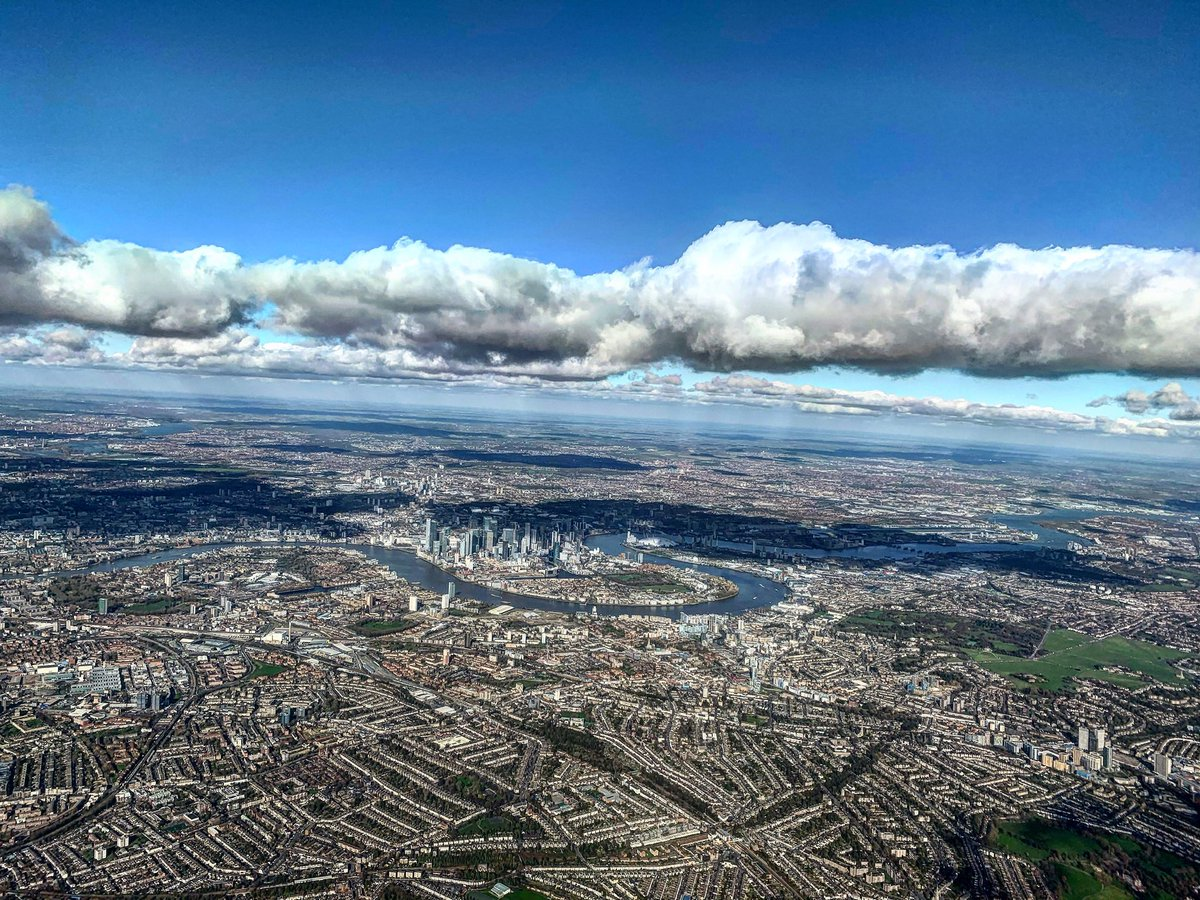This is still one of my favourite pictures. Taken on my last flight with Flybe into London Heathrow. #pilot #LHR #London #Flybe https://t.co/Xl8KwL4zyP