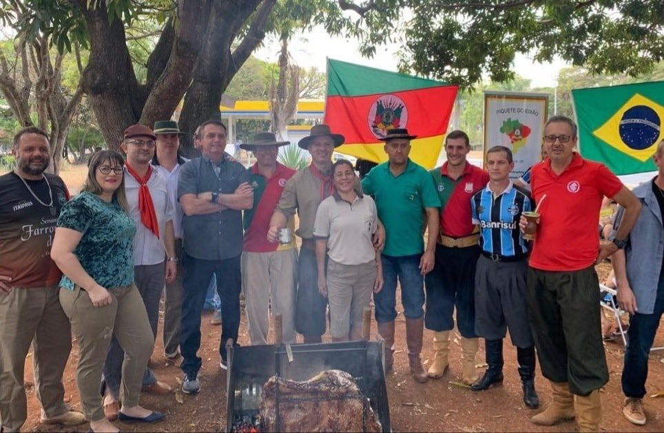 RT @jairbolsonaro: - Com a gauchada no Piquete do Eixão em Brasília. https://t.co/40tJEYmP6F
