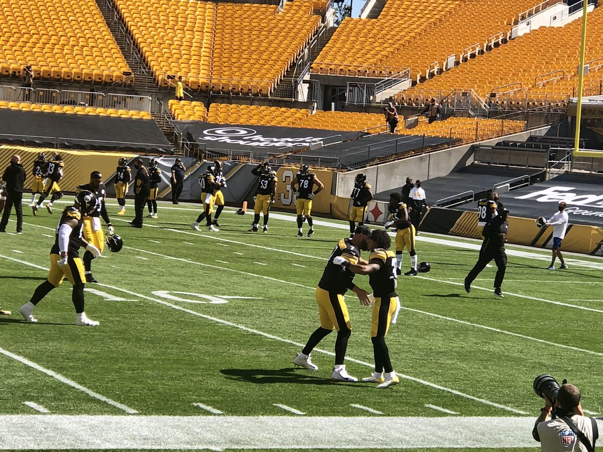 Ben Roethlisberger in a familiar sight: greeting every player during stretch. #Steelers