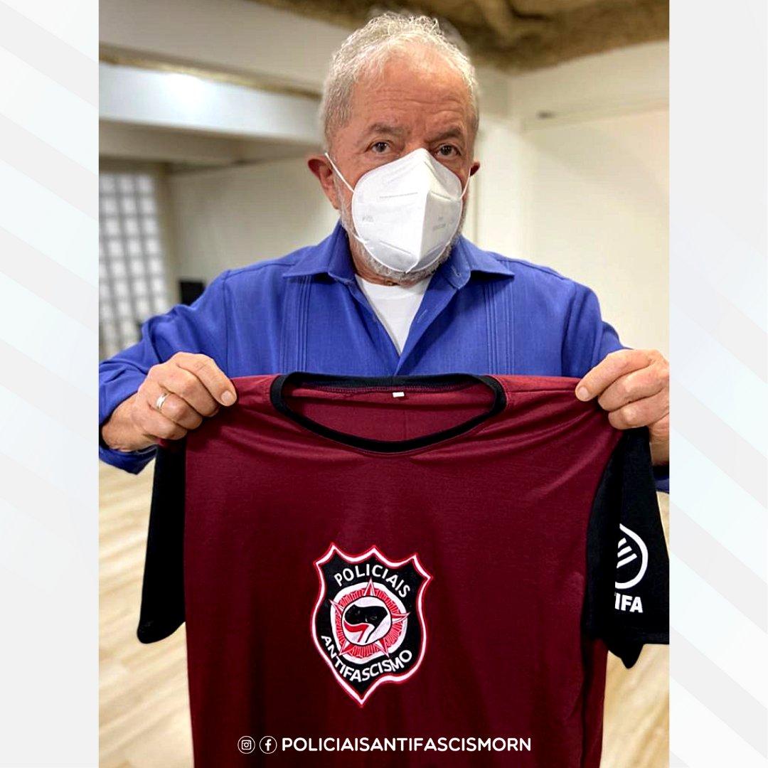 """Лула да Силва с футболкой """"Полицейского антифашизма"""""""