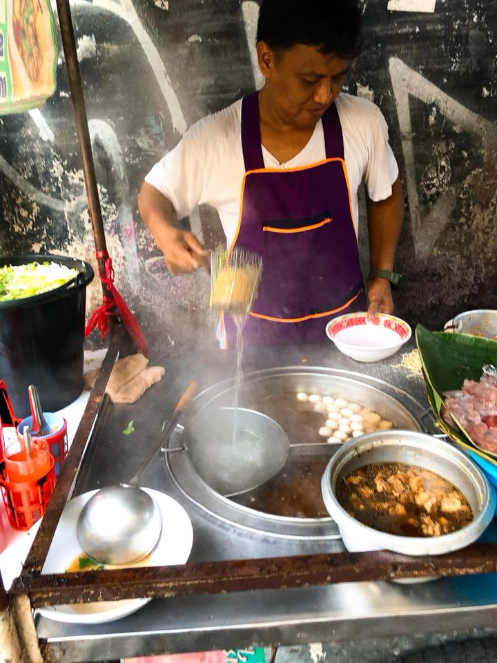 A #Thai gentleman plating up my #spicy #noodle #soup for my #street side #breakfast in BKK, 230818. #traditional #classic #Thailand #Bangkok #streetfood #food #comfortfood #chili #hot #cuisine #fresh #pure https://t.co/aDY1VraaBw