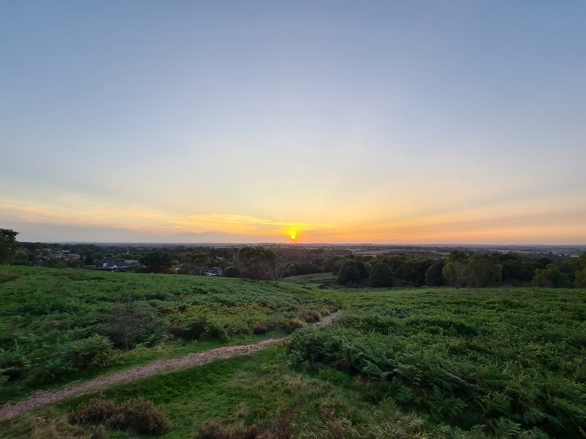Finally caught a sunset from Brocton Hill. I hope to repeat the experience...#cannockchase #sunset #samsungs20 https://t.co/jcVSYVYgGN