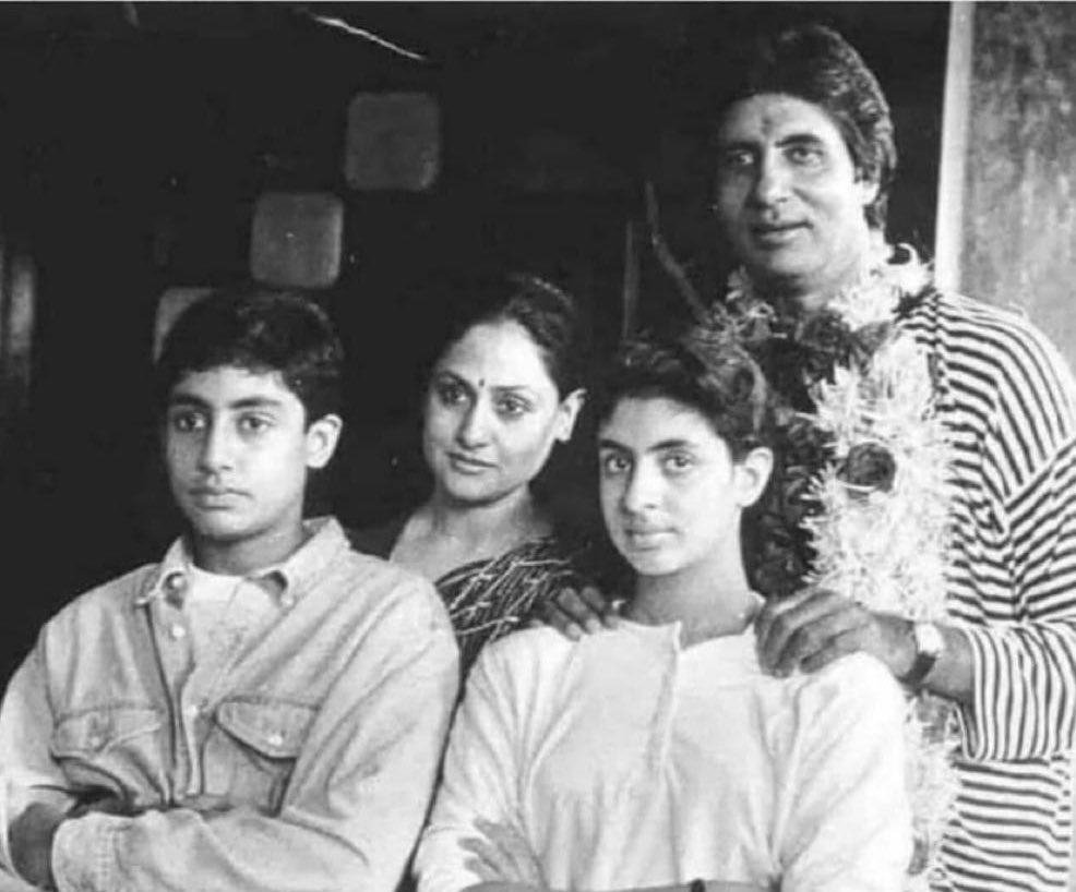 A very Rare photo of Amitabh Bachchan with Jaya Bachchan Along With Abhishek Bachchan & Abhishek Bachchan #Bollywood https://t.co/FykmFGdiCW