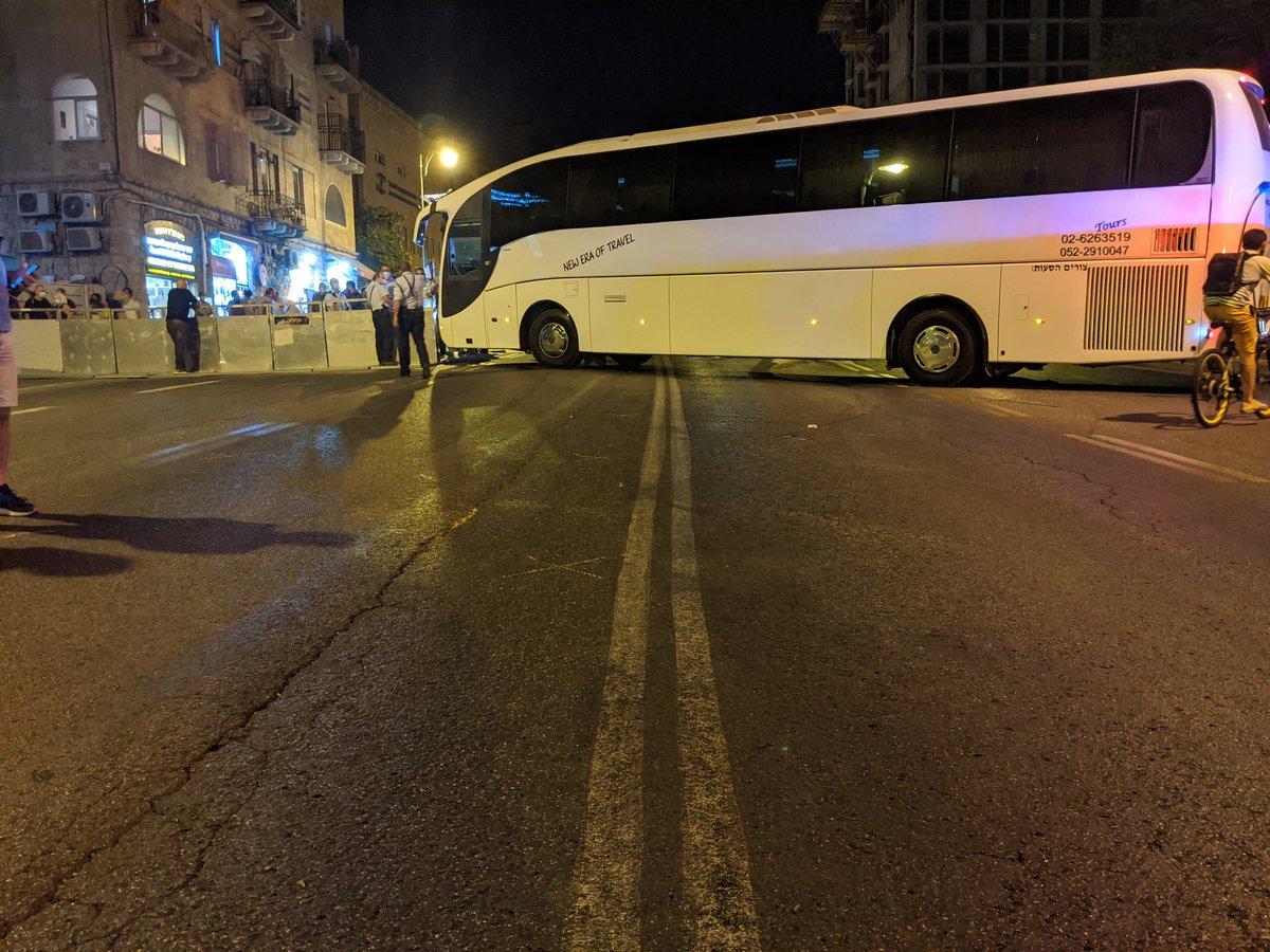 משטרת ישראל מתנהלת כמצופה ממנה מאותרת מחסומים כדי לצופף את המפגינים בבלפור. כפיים! https://t.co/aZuhIm0ubd