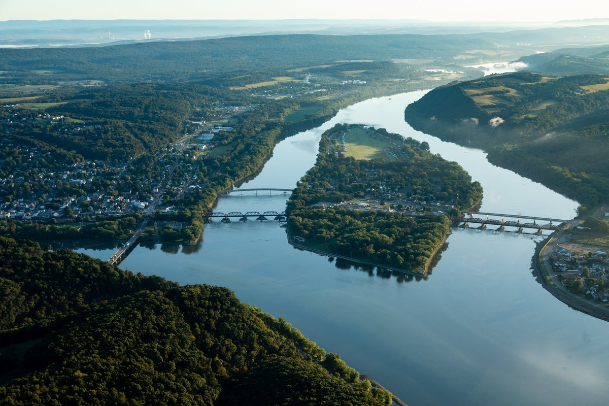 The #ChesapeakeBay spans 64,000 squares miles! Its expansive watershed covers parts of six states — Delaware, Maryland, New York, Pennsylvania, Virginia, West Virginia, and the District of Columbia.   📸: Will Parson / @chesbayprogram   #NationalEstuariesWeek https://t.co/LGvhPzfPI4