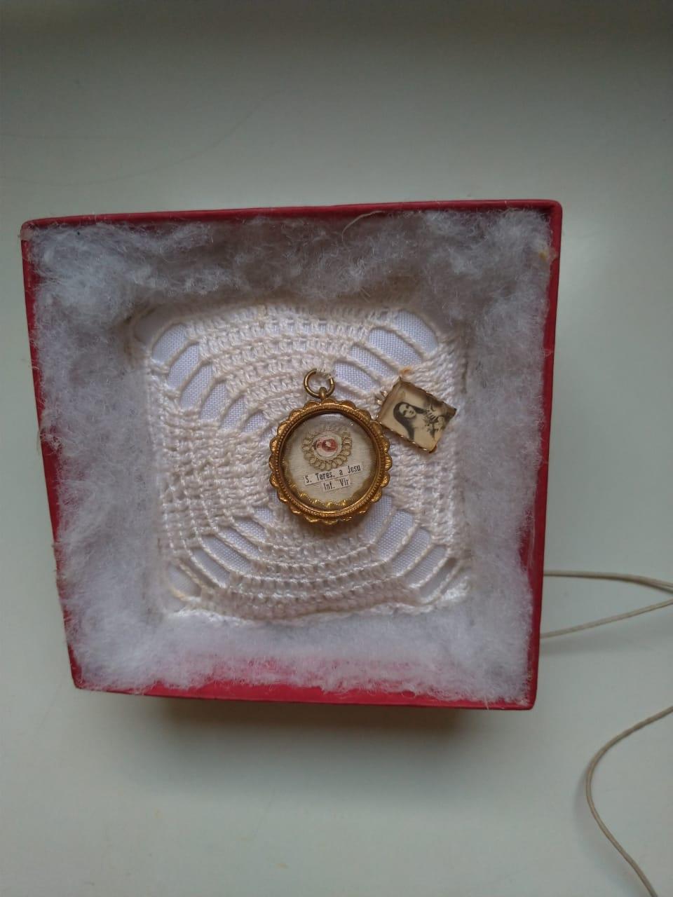 Relíquia de Santa Teresinha do Menino Jesus - Um fragmento do osso do fêmur