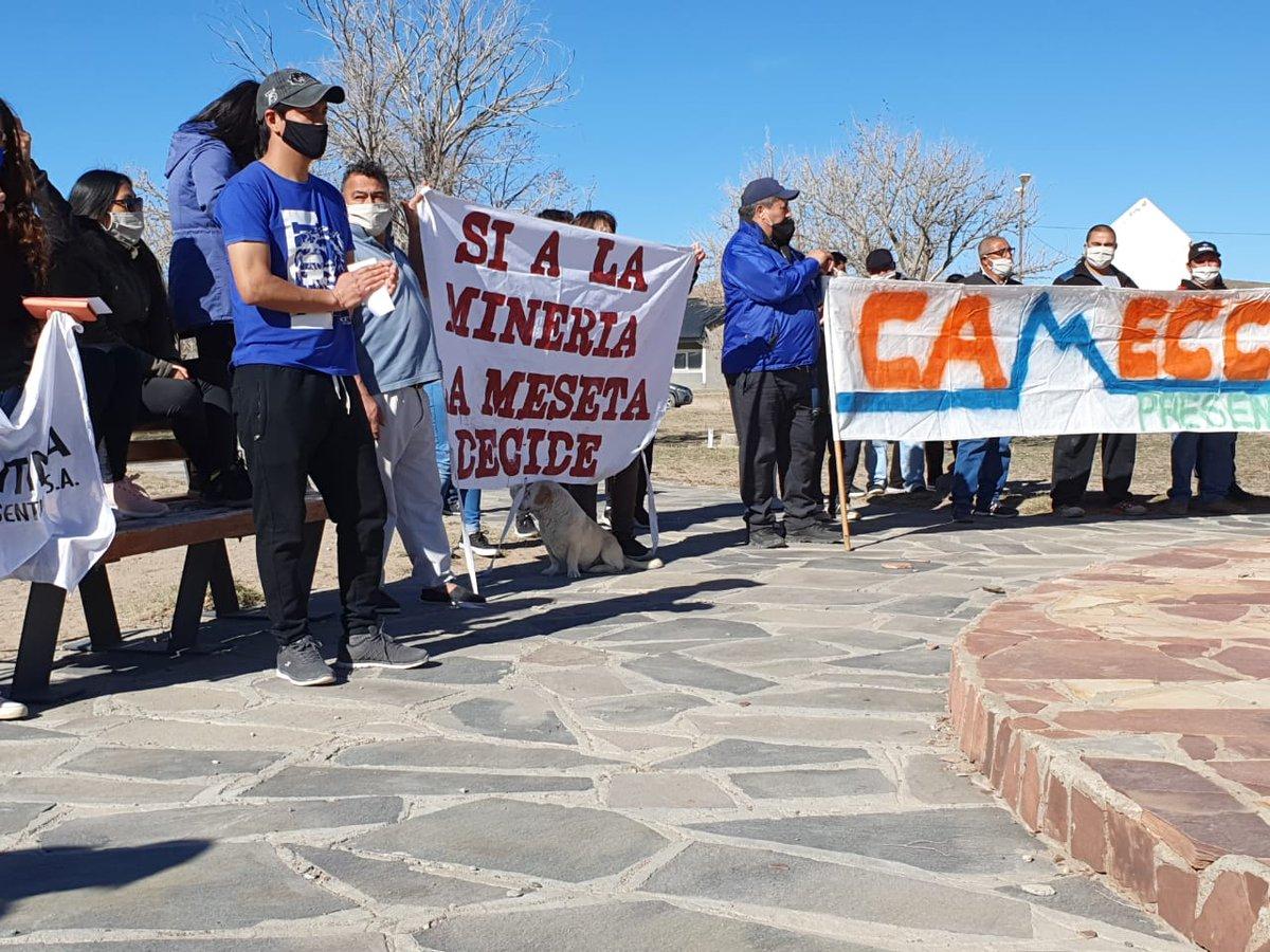 Vecinos de la meseta chubutense se manifiestan este domingo en la localidad de Gastre, a favor del desarrollo minero. #QueremosDecidir https://t.co/UPma75vyiU
